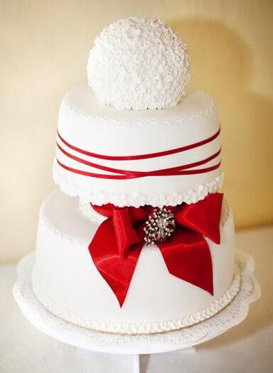Hochzeitstorte 2 Stockig Mit Tollen Roten Akzenten