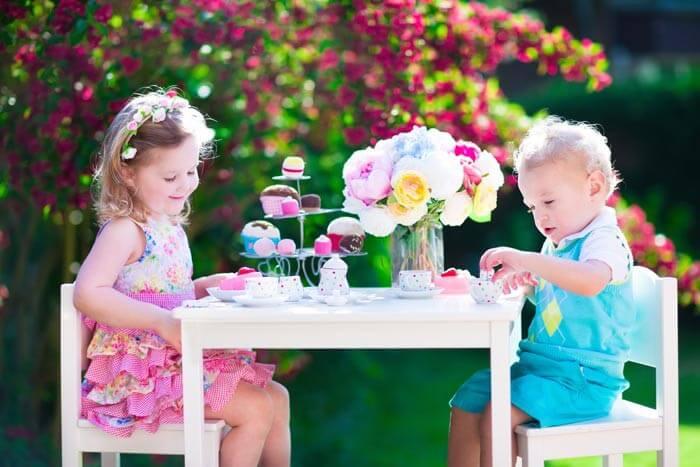 Kindertisch zur Hochzeit draußen