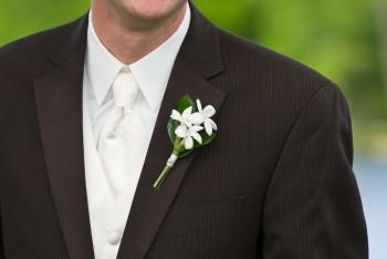 Hochzeitsanzug mit Anstecker