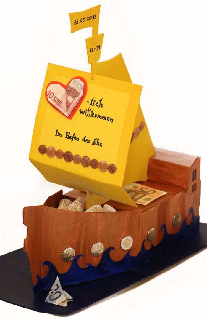 Geldgeschenk zur Hochzeit: Schiff im Hafen der Ehe basteln