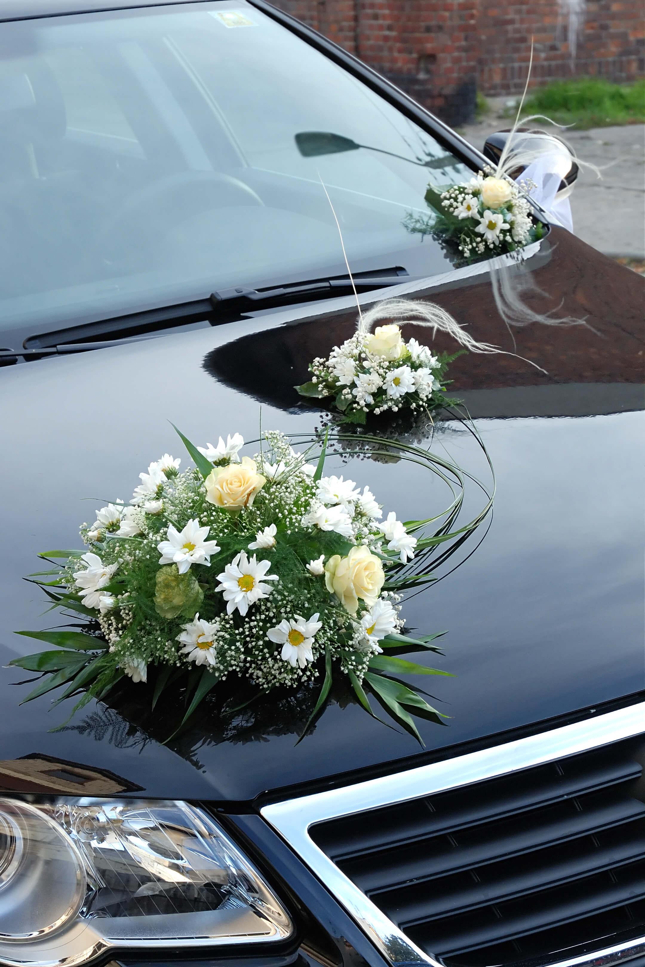 Hochzeitsauto mit Blumenschmuck | Große Bildergalerie