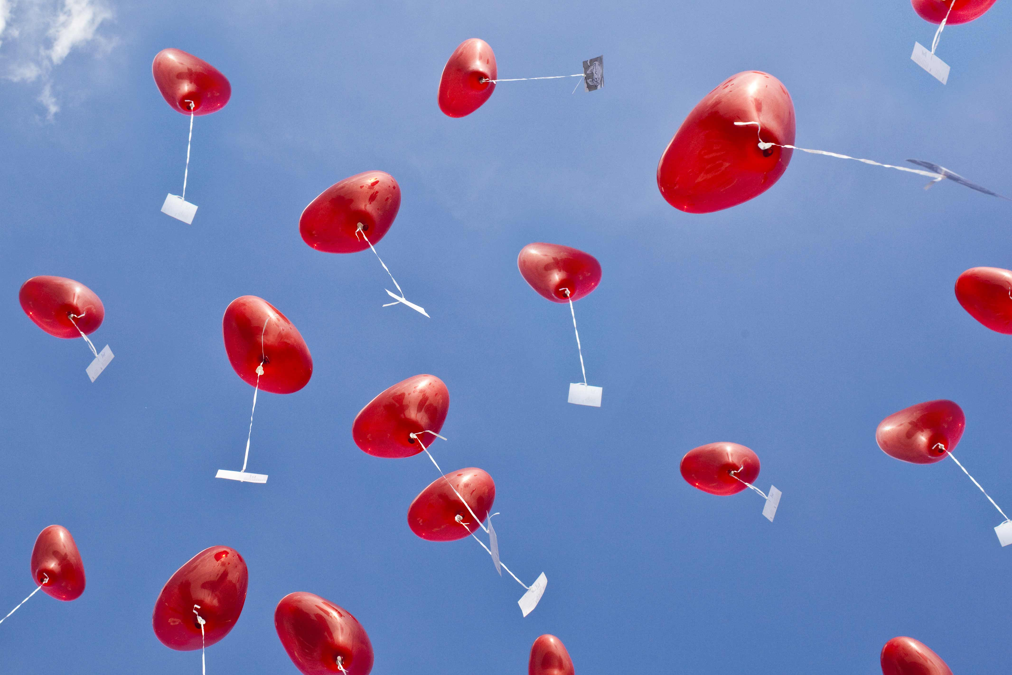 Hochzeitsgeschenk: Herzluftballons mit Hochzeitsgrüßen