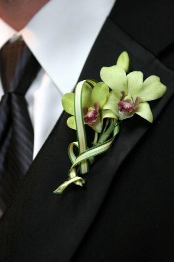 Hochzeitsanzug mit Krawatte und Anstecker