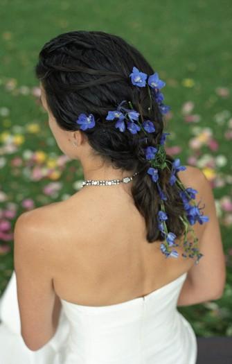 Brautschmuck haare echte blumen  Brautfrisur für dunkle Haare - Bildergalerie Hochzeitsportal24