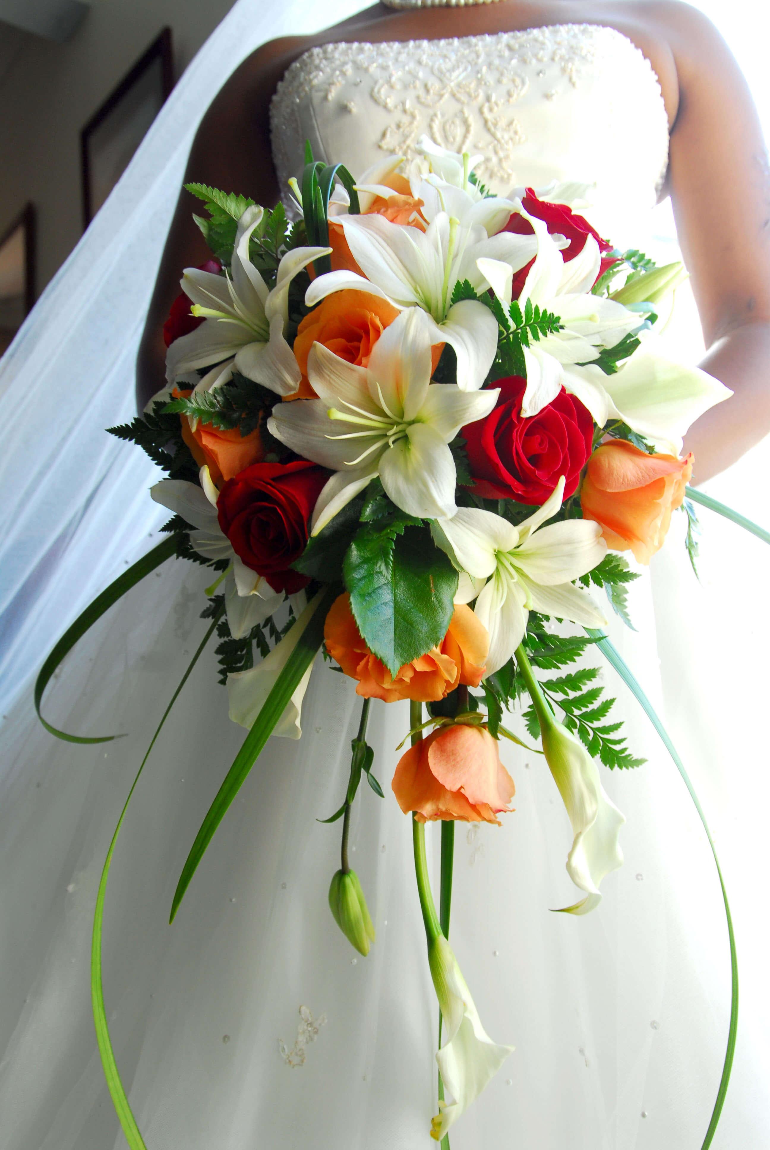 Brautstrauß mit Rosen und Lilien | Große Bildergalerie