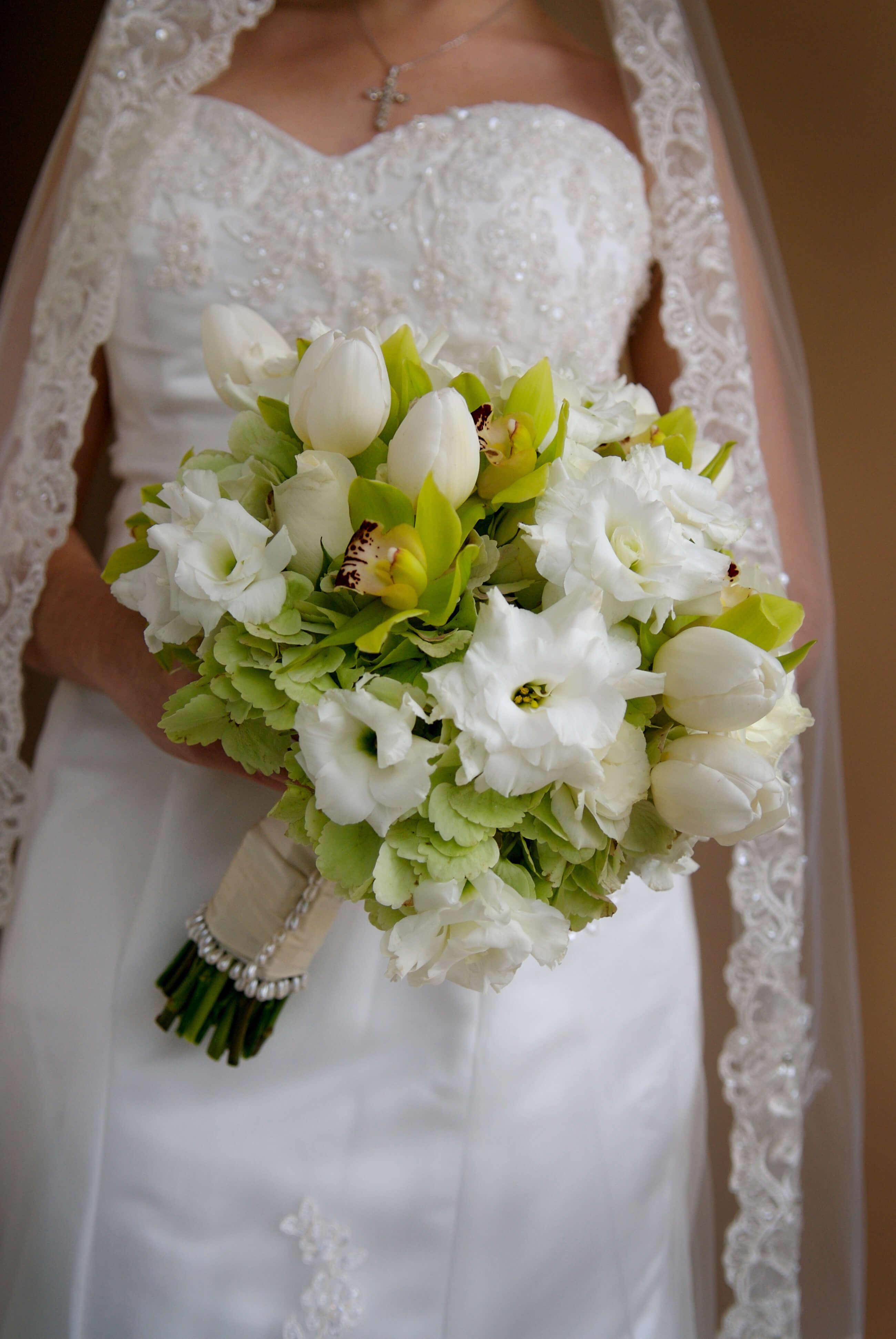 Brautstrauß mit Tulpen in Weiß  Große Bildergalerie