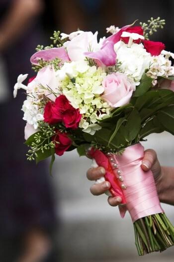 Brautstrauß in weiß-pink - Bildergalerie Hochzeitsportal24