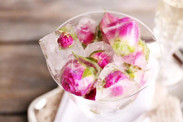Eiswürfel mit Rosen