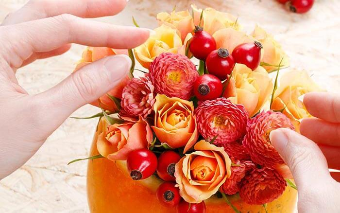 Tischdeko Kürbis Blumen arrangieren