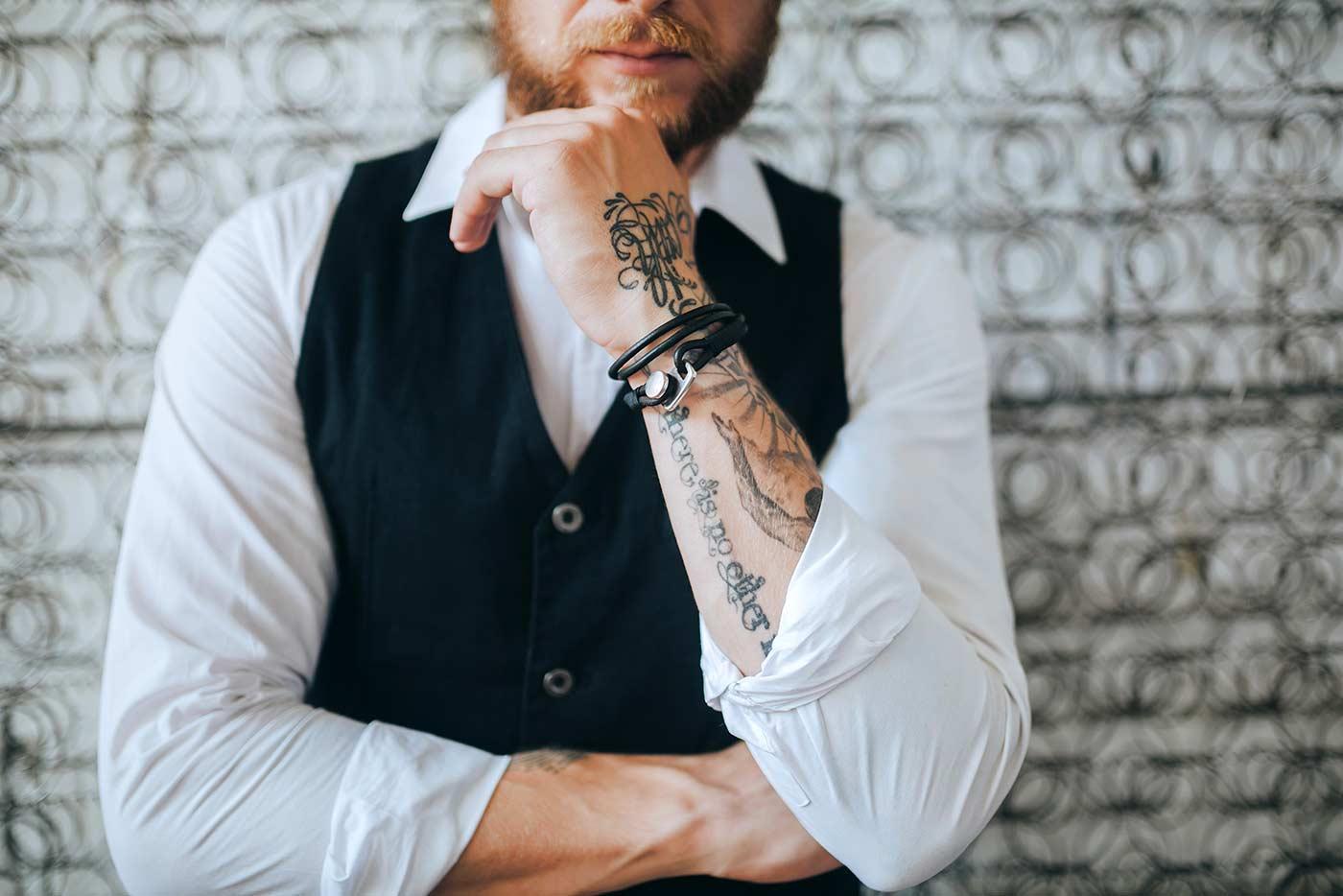 Bräutigam mit Tattoos