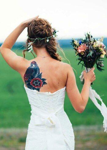 Tätowierte Frau im Hochzeitskleid