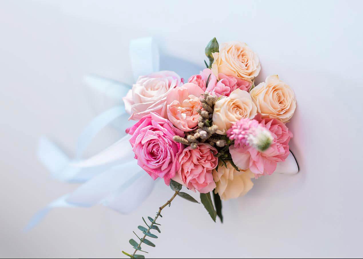 Autodeko mit Schleife und Blumen