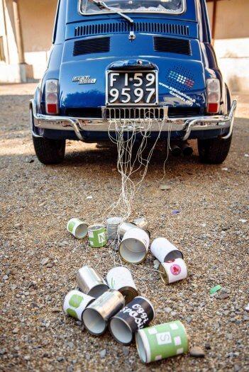 Dosen am Auto zur Hochzeit
