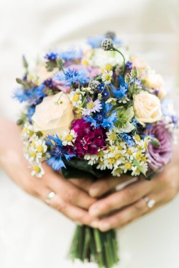 Brautstrauß mit Gartenblumen