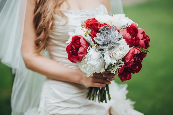 Brautstrauß mit Pfingstrosen und Hauswurz
