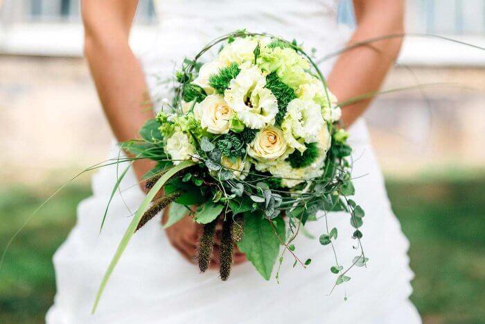 Brautstrauß weißes Kleid