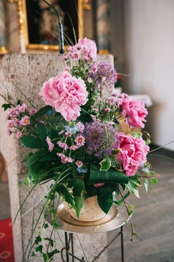 Blumenschmuck für den Altar