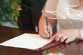 Heiratsurkunde im Standesamt unterschreiben