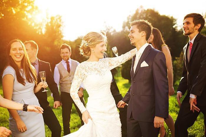 Hochzeitsgäste tanzen mit Flip Flops