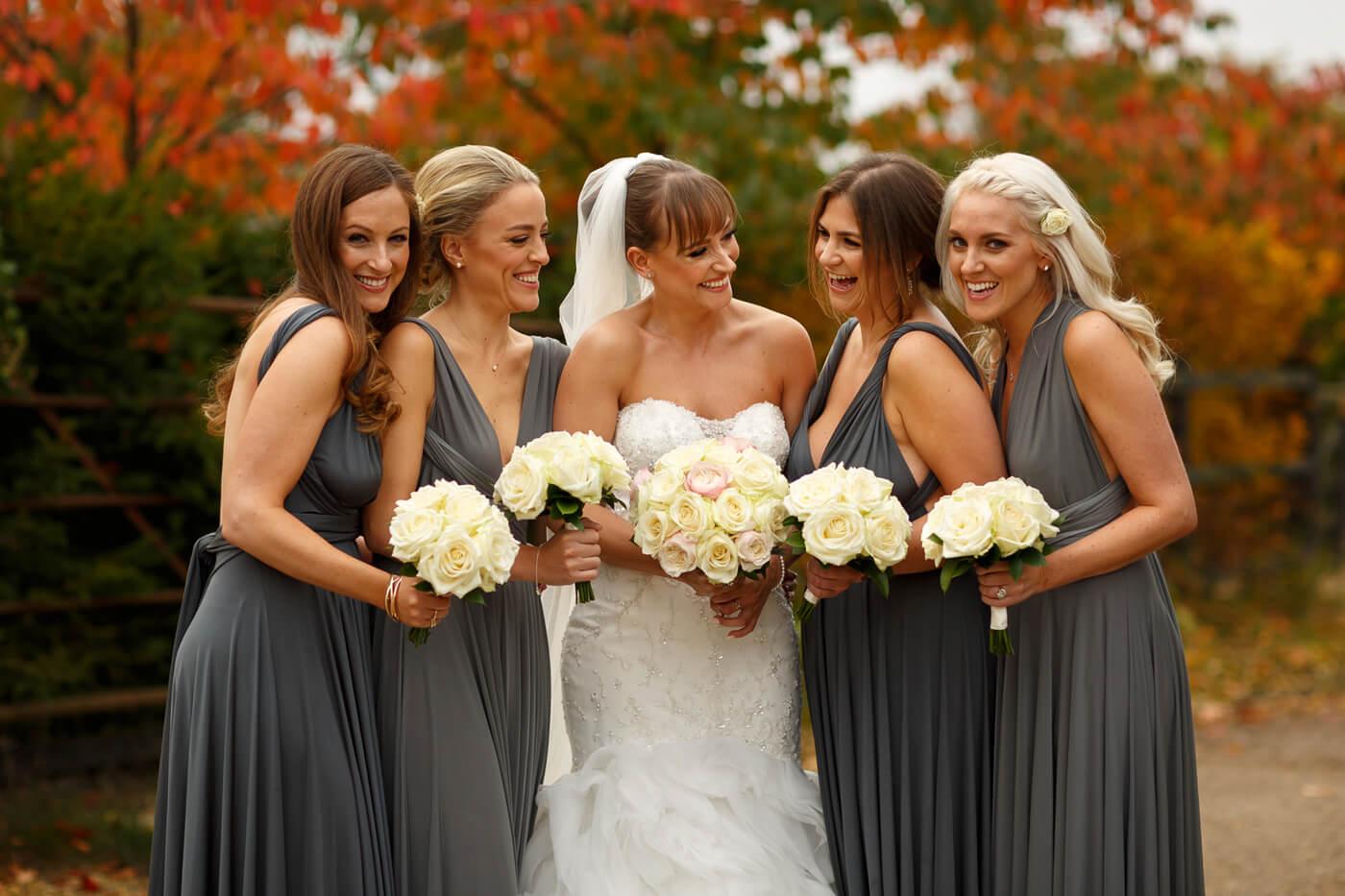Brautjungfernkleider grau und vielseitig I Fotostory mit Tipps & Ideen