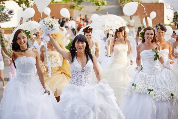 Hochzeitsmesse Bräute mit Brautkleidern