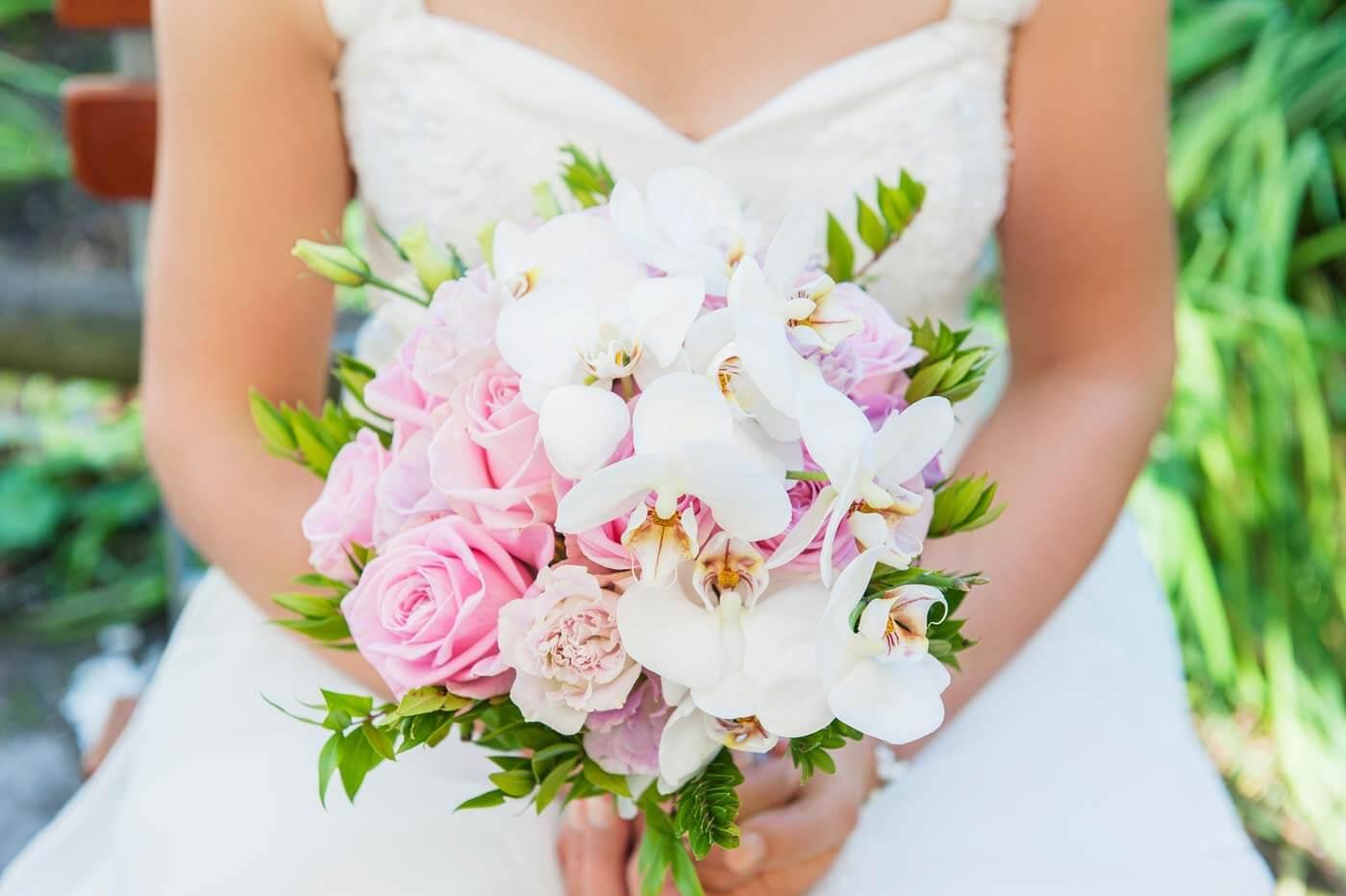 Brautstrauß mit Orchideen und Rosen