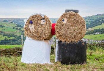 Strohballen Brautpaar für Bauernhofhochzeit