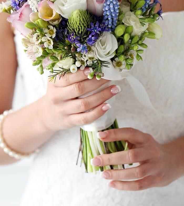 Nägel mit Nagelaufkleber für die Hochzeit