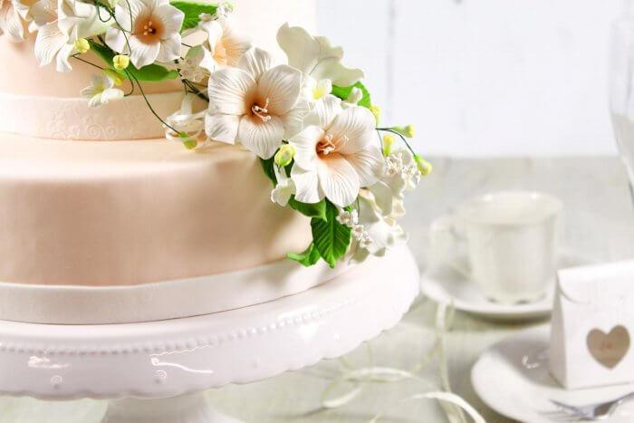 einfache Hochzeitstorte mit Blumen
