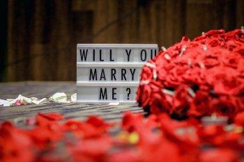 Heiratsantrag in der Wohnung
